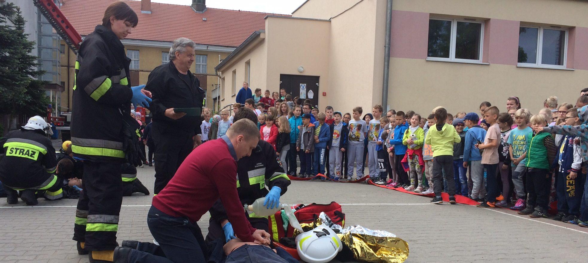Próbny alarm pożarowy połączony z ewakuacją uczniów, nauczycieli oraz pracowników z budynku szkoły