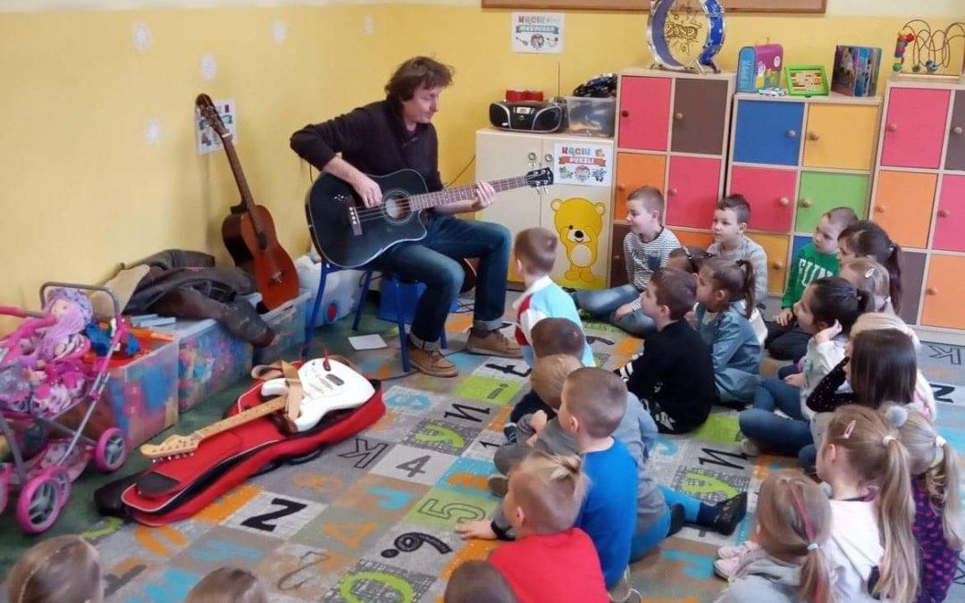 Spotkanie klasy 0c z muzykiem, gitarzystą