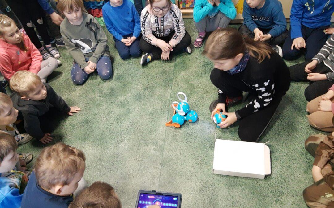 Uczniowie klasy 3c uczą się programowania Dasha i Dota