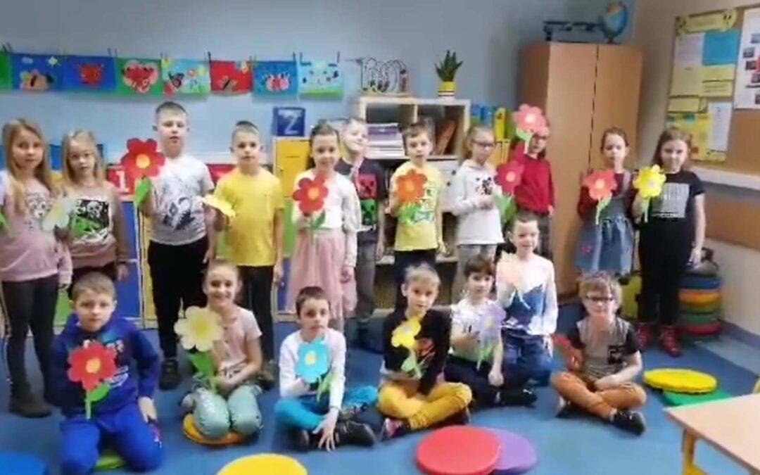 Wiosenny upominek – piosenka dla Wszystkich Pracowników Szkoły od 1a z wychowawczynią